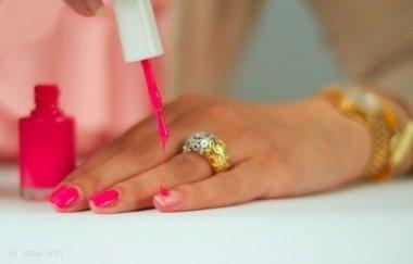 Как защитить ногтевую пластину от пагубного влияния цветного лака?