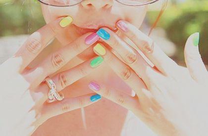 Модный тренд сезона: разноцветные ногти