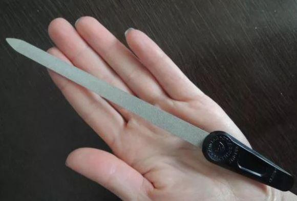 Металлическая пилочка для ногтей